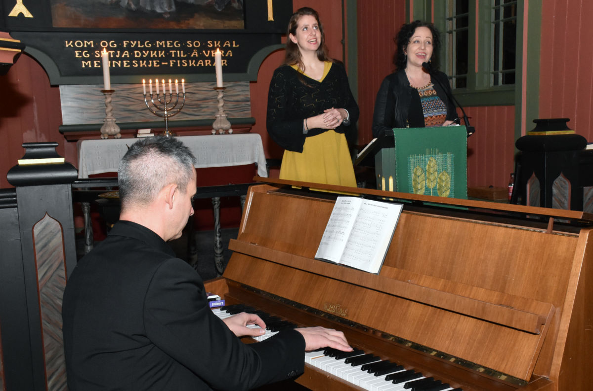 Flott allsongkveld med Runa Svare og Mari Kristine Brekken som forsongarar og Bjørn Vevang på piano/orgel.  Foto: Jon Olav Ørsal
