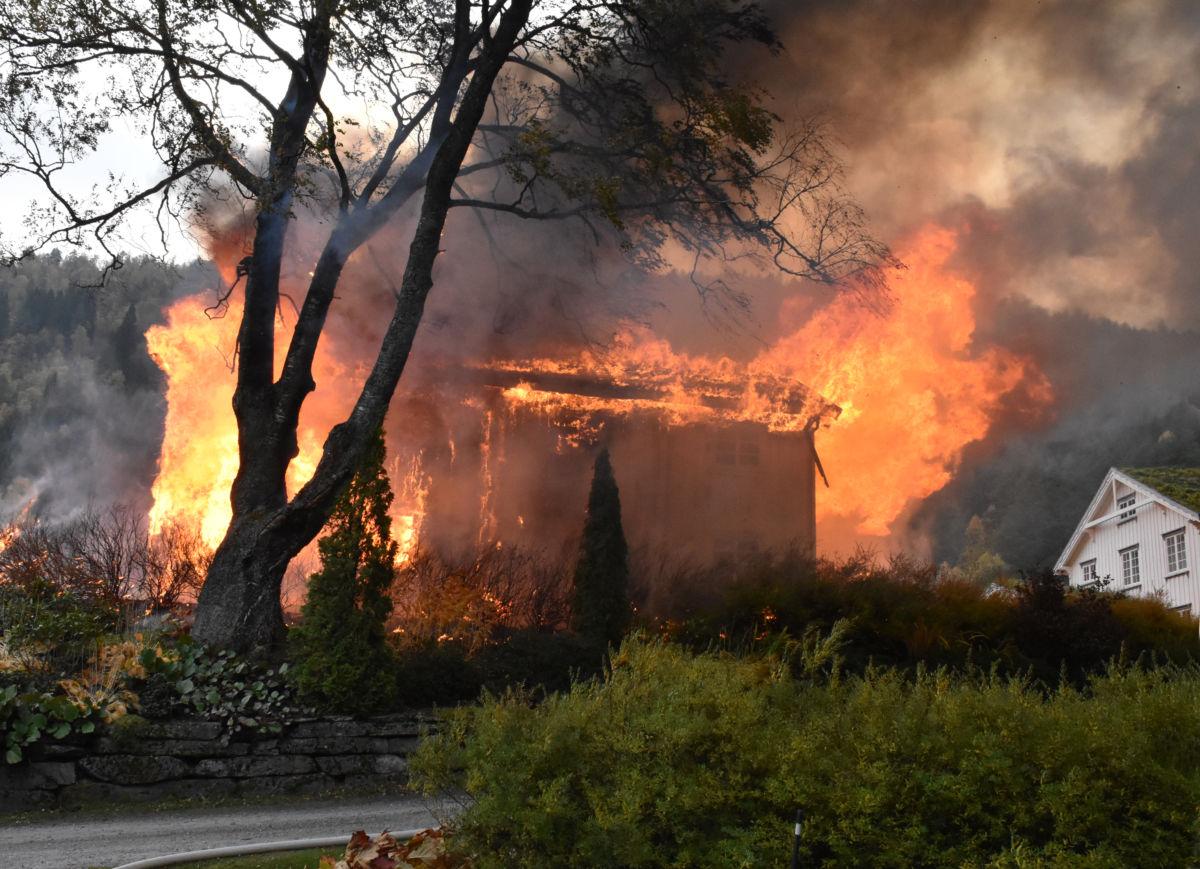 Det var dramatikk da brannen stod på sitt høgste... Foto: Driva/Jon Olav Ørsal