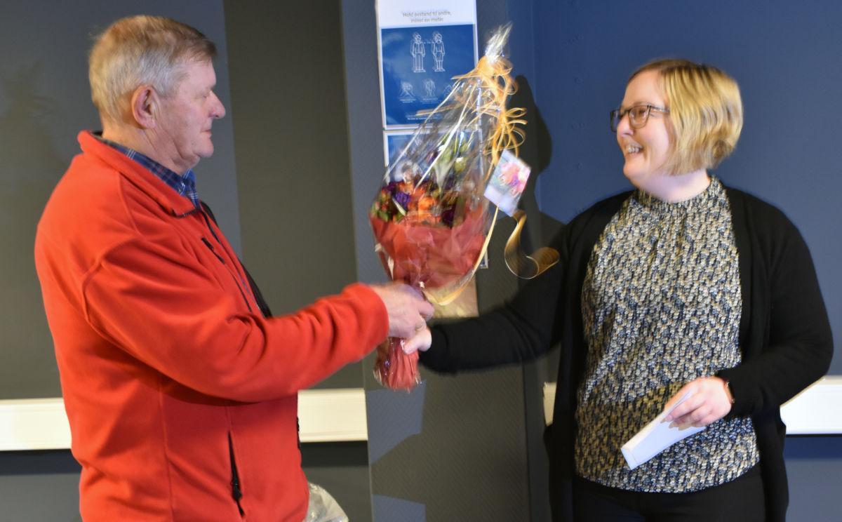 Hilde Staveli Solli fikk blomsterbukett med Reidar Brøske som både er styremedlem i Frivillighetssentralen og som representerte Surnadal Røde Kors.  Foto: Jon Olav Ørsal