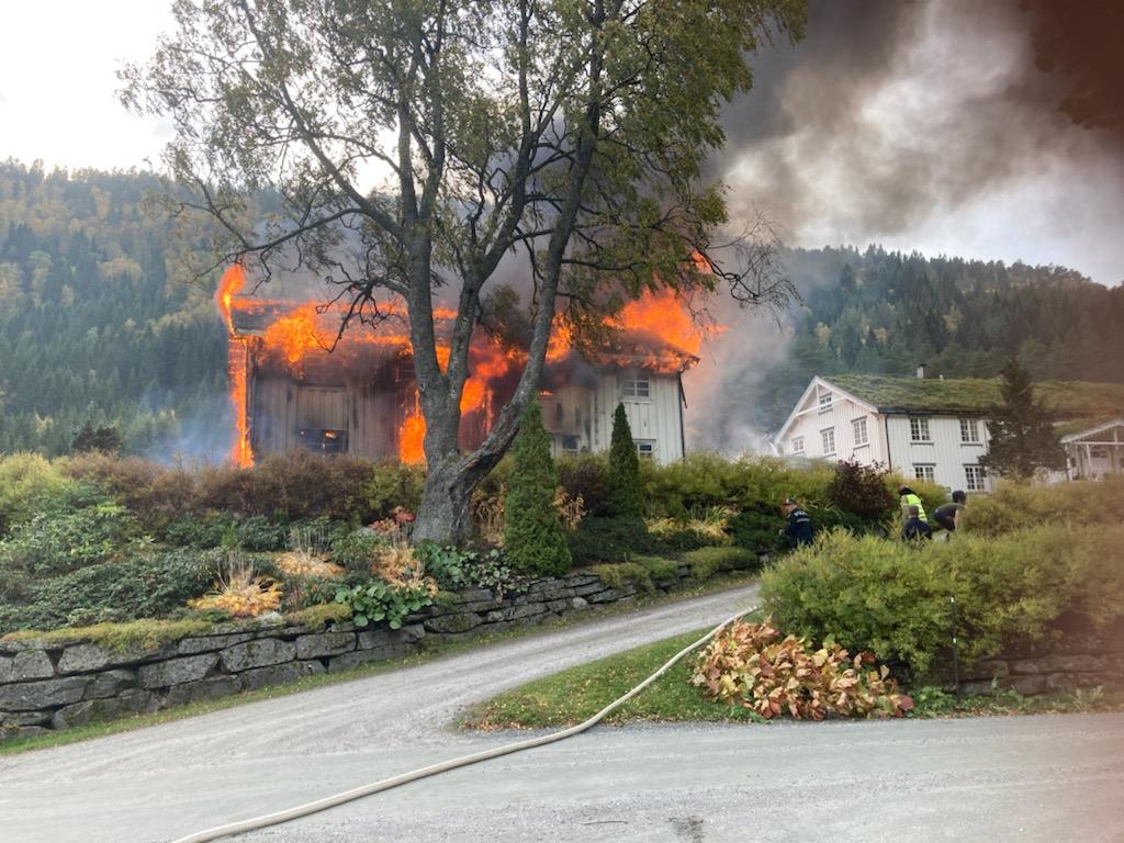 Gammelstua på Talgø Gård står i brann. Foto Jon Olav Ørsal