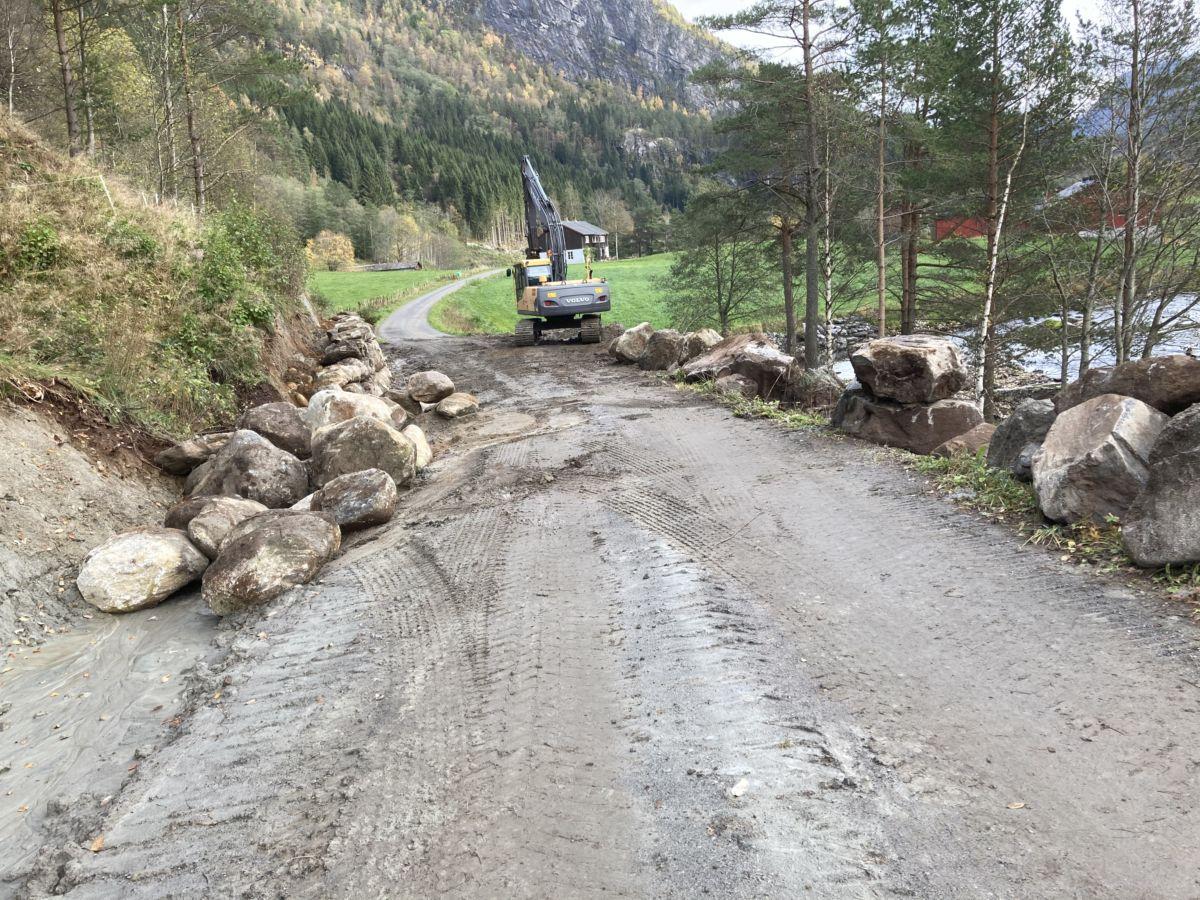 Vegen innover til Ramsøya og Halanesset blir  utvida og forsterka  - no pågår anleggsarbeid  på vegen.  Foto: Jon Olav Ørsal