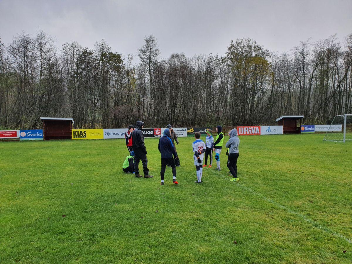Søya/Todalen legg taktikken før kampen. Foto: B G Ansnes