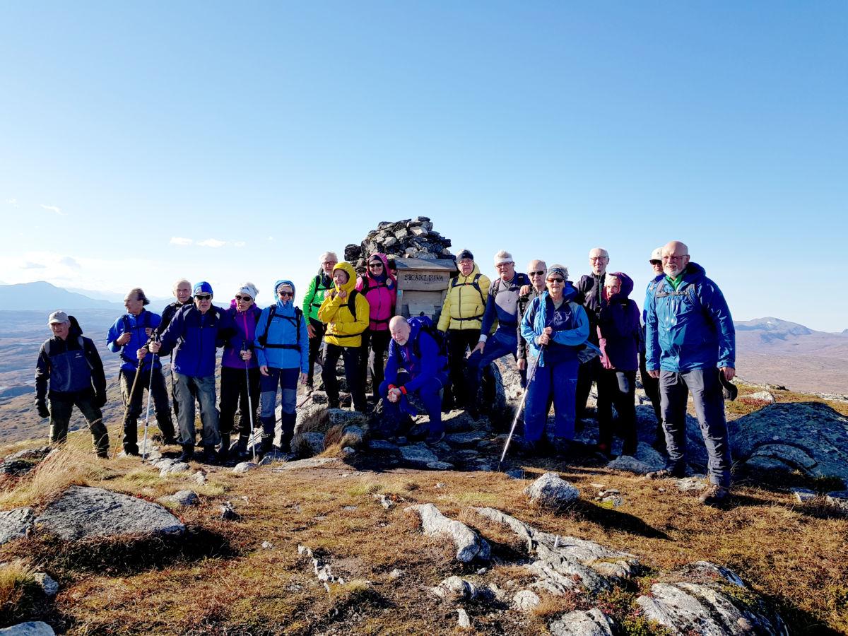 Heile gjengen samla ved varden på Skåkleiva.  Foto: Helge Røv