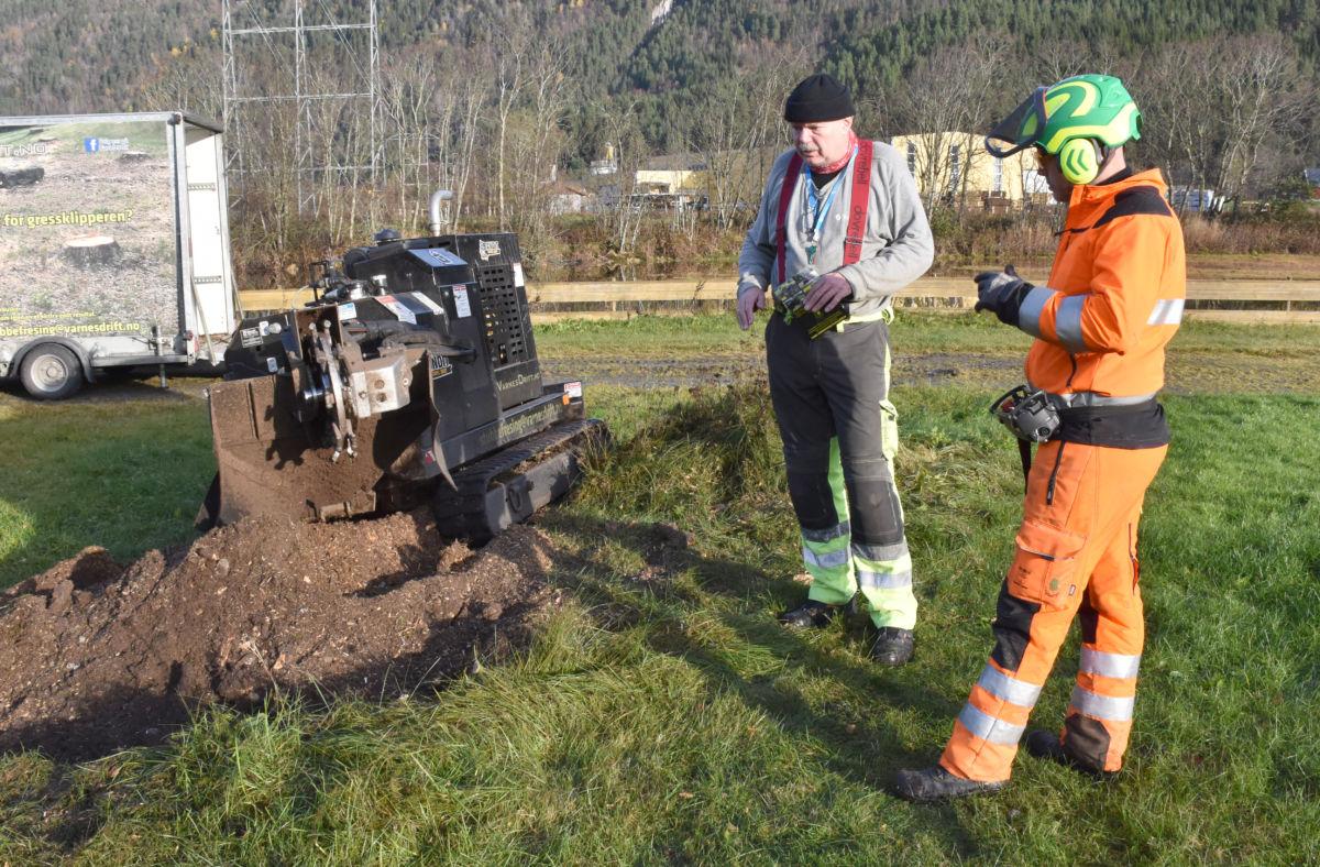 Den første rota er fresa opp, og resultatet blir godkjent av Lars Stensby som er leiar i anleggskomiteen på Bordholmen.  Foto: Jon Olav Ørsal
