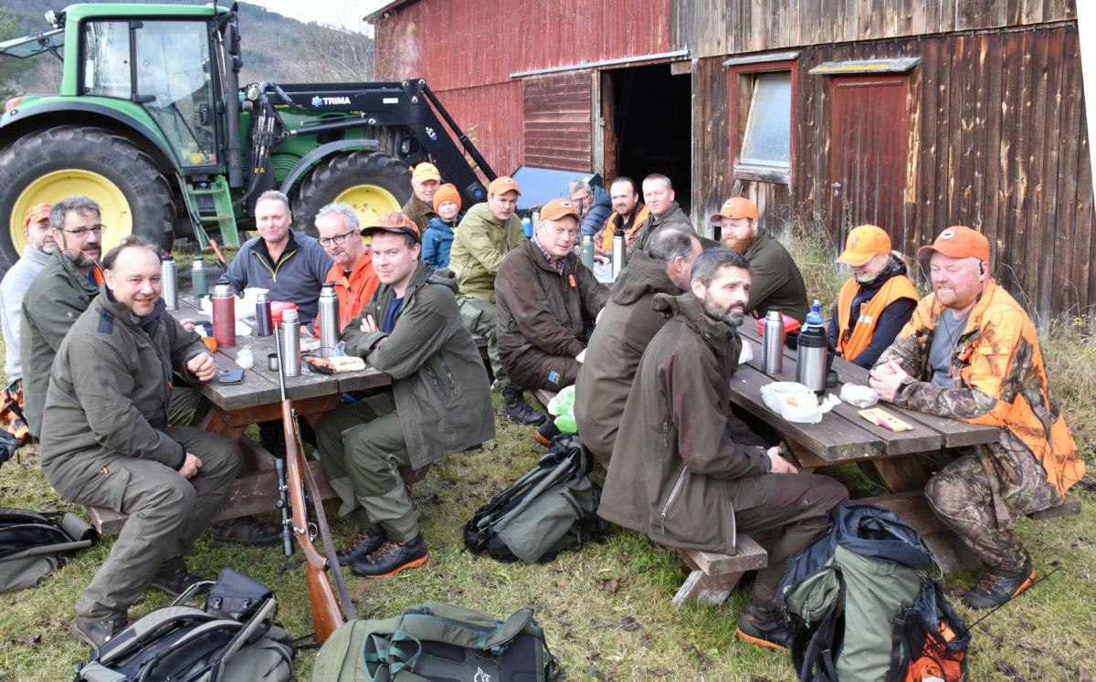 Øya jaktlag har 20 medlemar når dei er fulltallig - i dag var mesta alle med.  Foto: Jon Olav Ørsal
