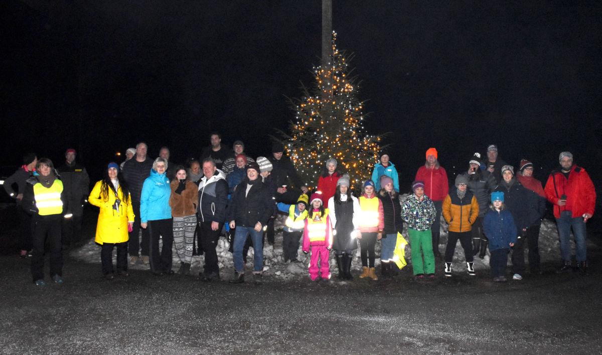 Bra oppmøte og god stemning på julegrantenninga i Brusetmarka.  Foto: Jon Olav Ørsal
