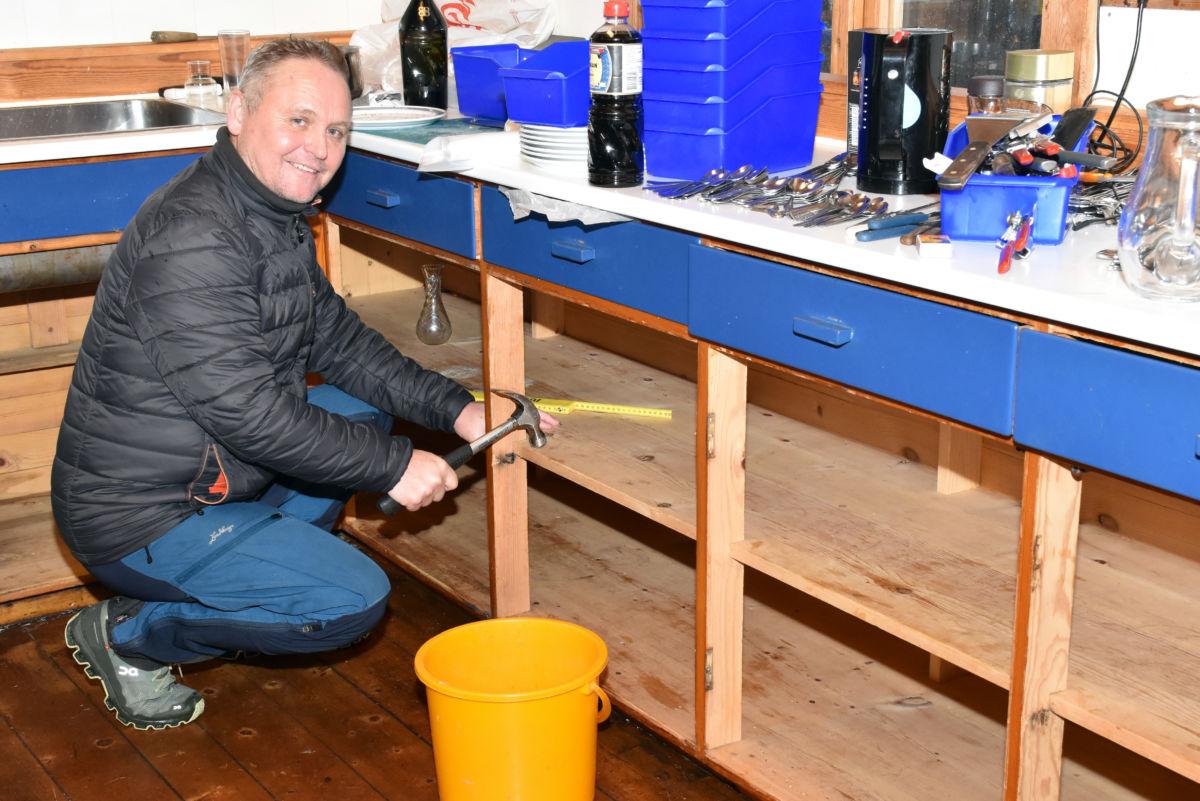 Arve Evensen er i full gang med å rive ut den gamle kjøkeninnreiinga - snart startar arbeidet med å montere ny.  Foto: Jon Olav Ørsal