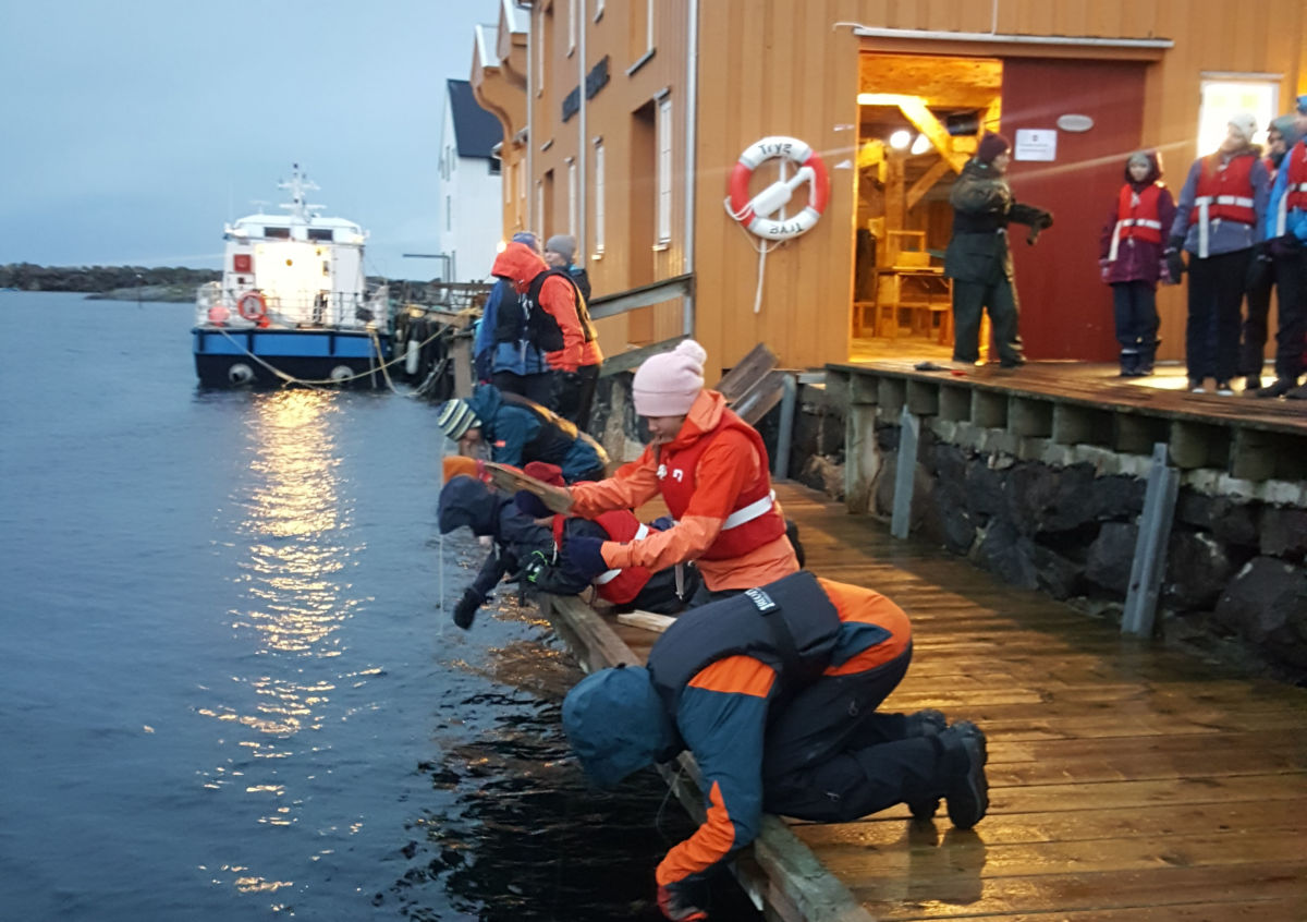 Spennande å prøve fiskesnøret på bryggekanten på Bjørnsund: Foto Ingvild Kårvatn
