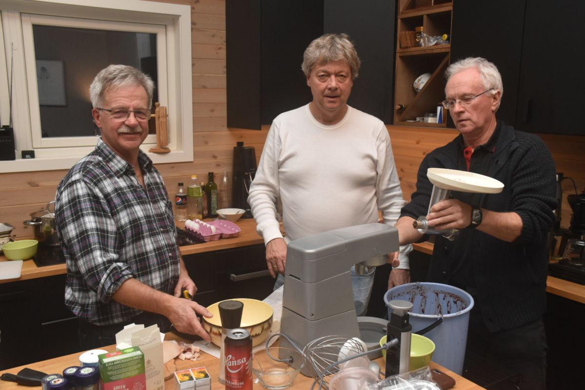 Kokkelauget på Asphaugen - alle tre har erfaring og lyst med matlaging.  Frå venstre Arne Rudningen, Terje Talgø og Ivar Hyldbakk.  Foto: Jon Olav Ørsal