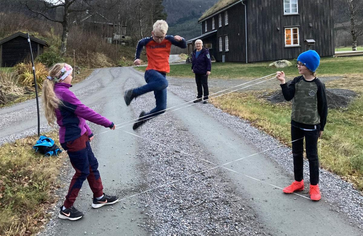 Markus  vart fanga i lufta medan Selma og Ådne held strikken.  Foto: Jon Olav Ørsal