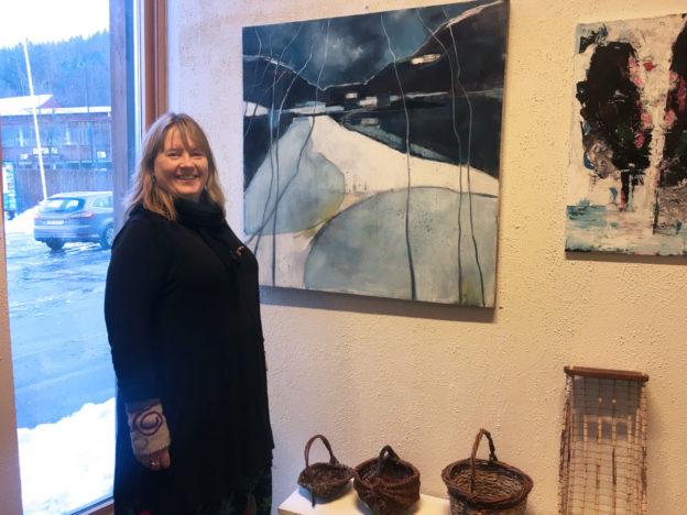"""Sissel Halset Storslett framfor eit av måleria ho har med på utstillinga """"Haustlys"""" Ser du kvar motivet er frå?"""