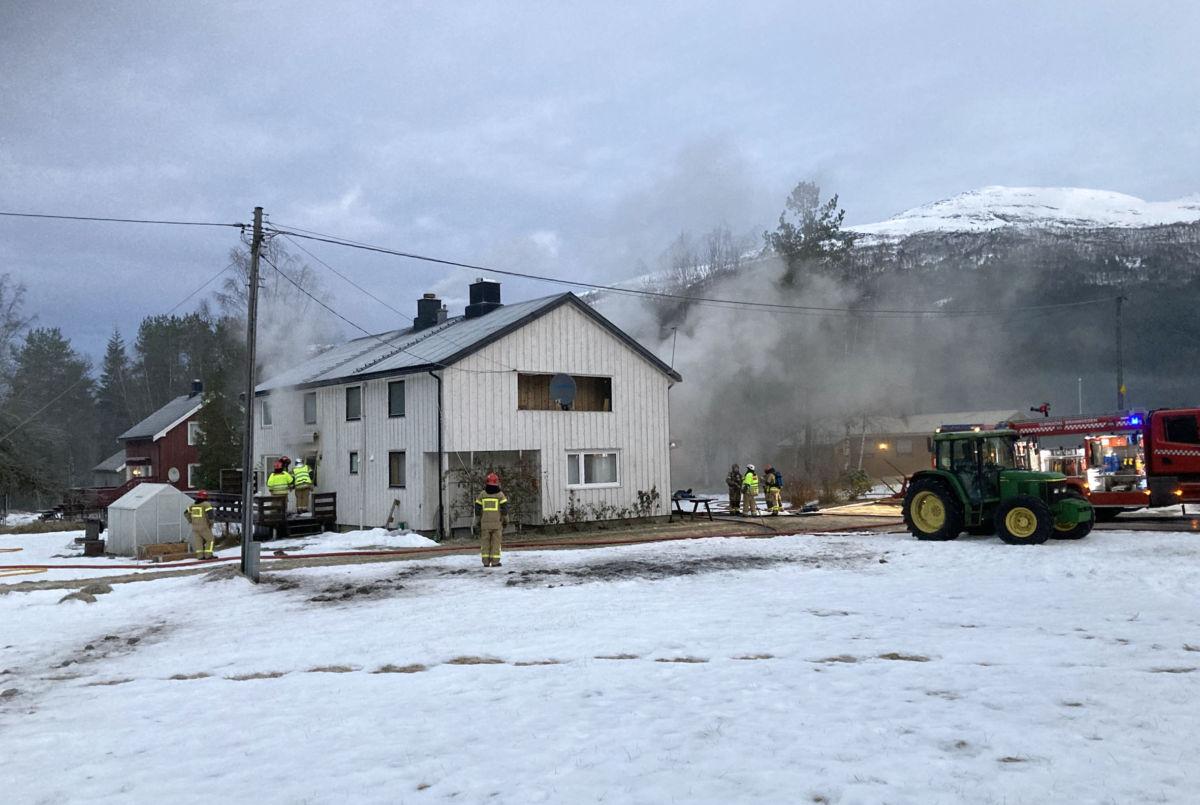 Det var full utrykning til brannen i Todalen - det lokale brannvernet var først på pletten og møtte bebuarane i lofttroppa. Her er brannen kome under kontroll.  Foto: Jon Olav Ørsal