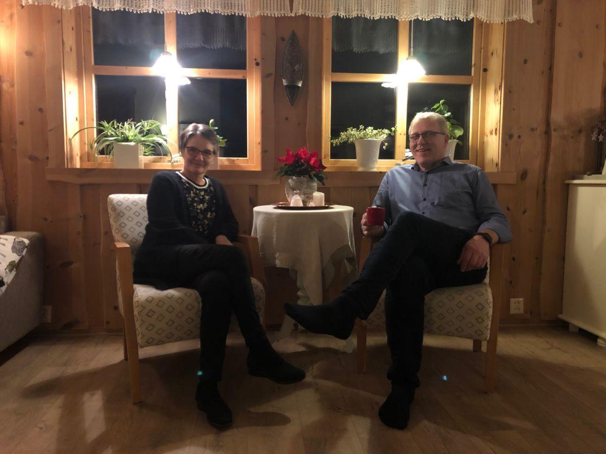 Palmer og Anna Britt overlet ansvaret for drifta i Surnadal og Rindal Begravelsesbyrå til Bjørn Vevang neste år.   Foto: Stig Husby