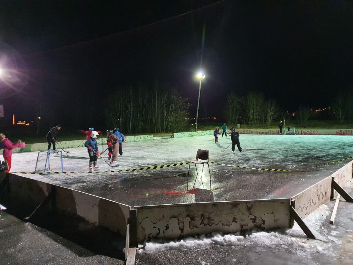 Stor aktivitet på ishockeybanen. Foto: B G Ansnes