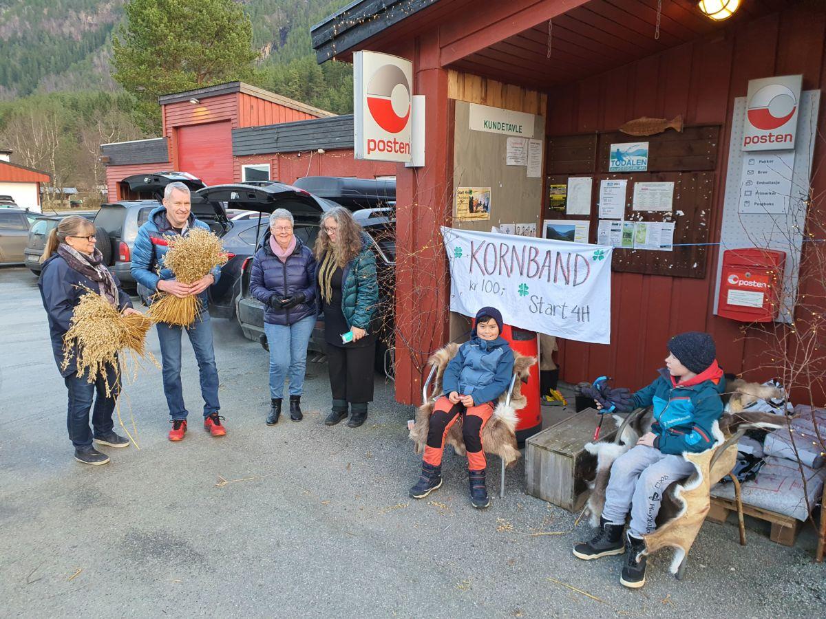 Kornbandsalet er i gang, og dei første kundane har sikra seg kornband. Foto: B G Ansnes