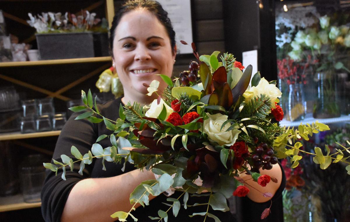 Ida trives med å jobbe med blomster.  Bruk mykje lys og blomster oppfordrar ho.  Foto: Jon Olav Ørsal