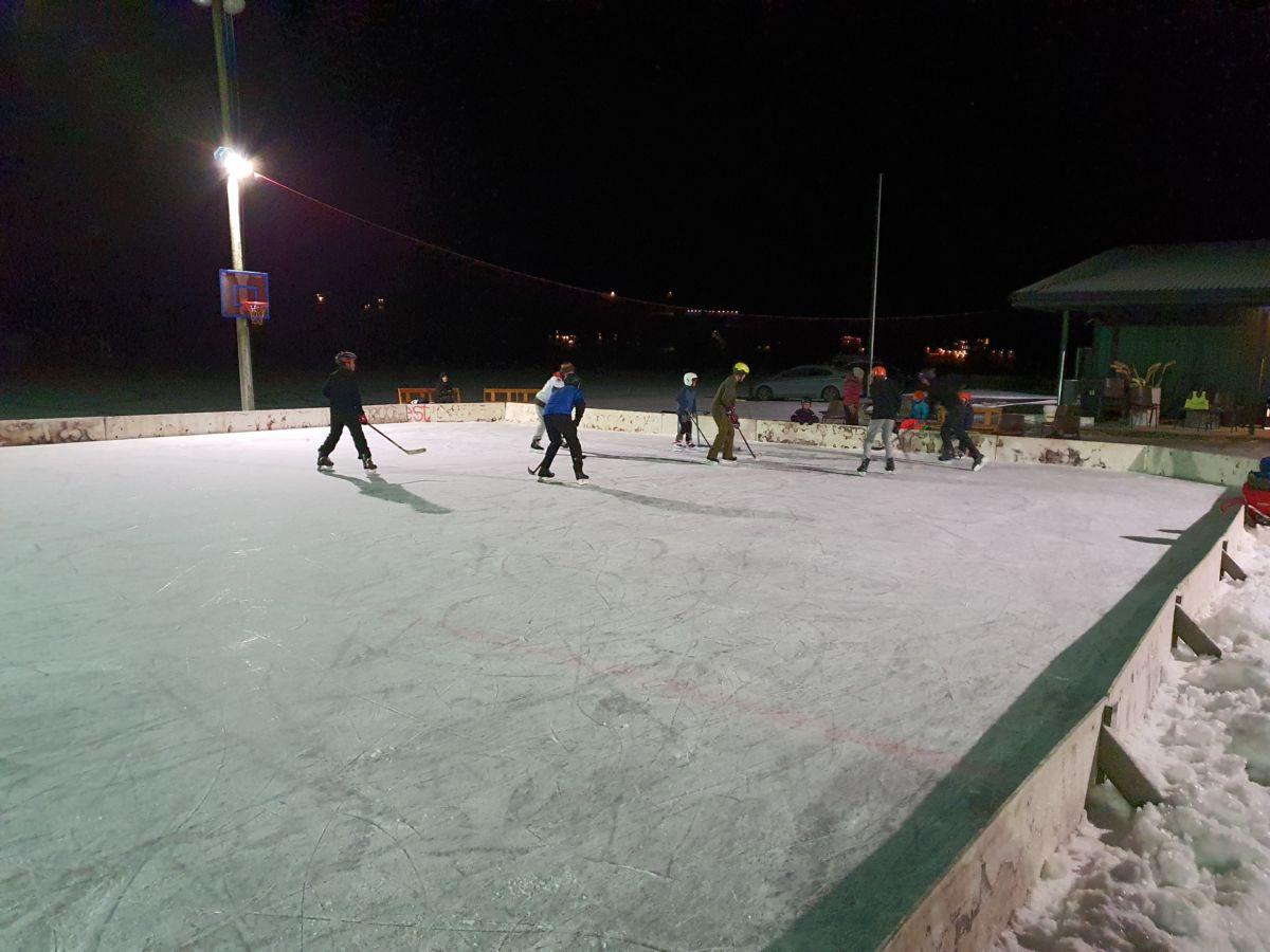Ishockey på Bordholmen stadion. Foto: B G Ansnes