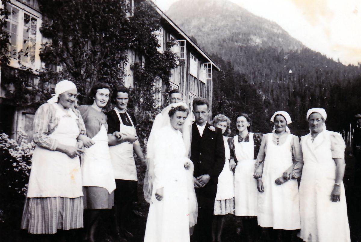 Kokkelag i Todalshaugen. Frå arkivet til Todalen historielag.