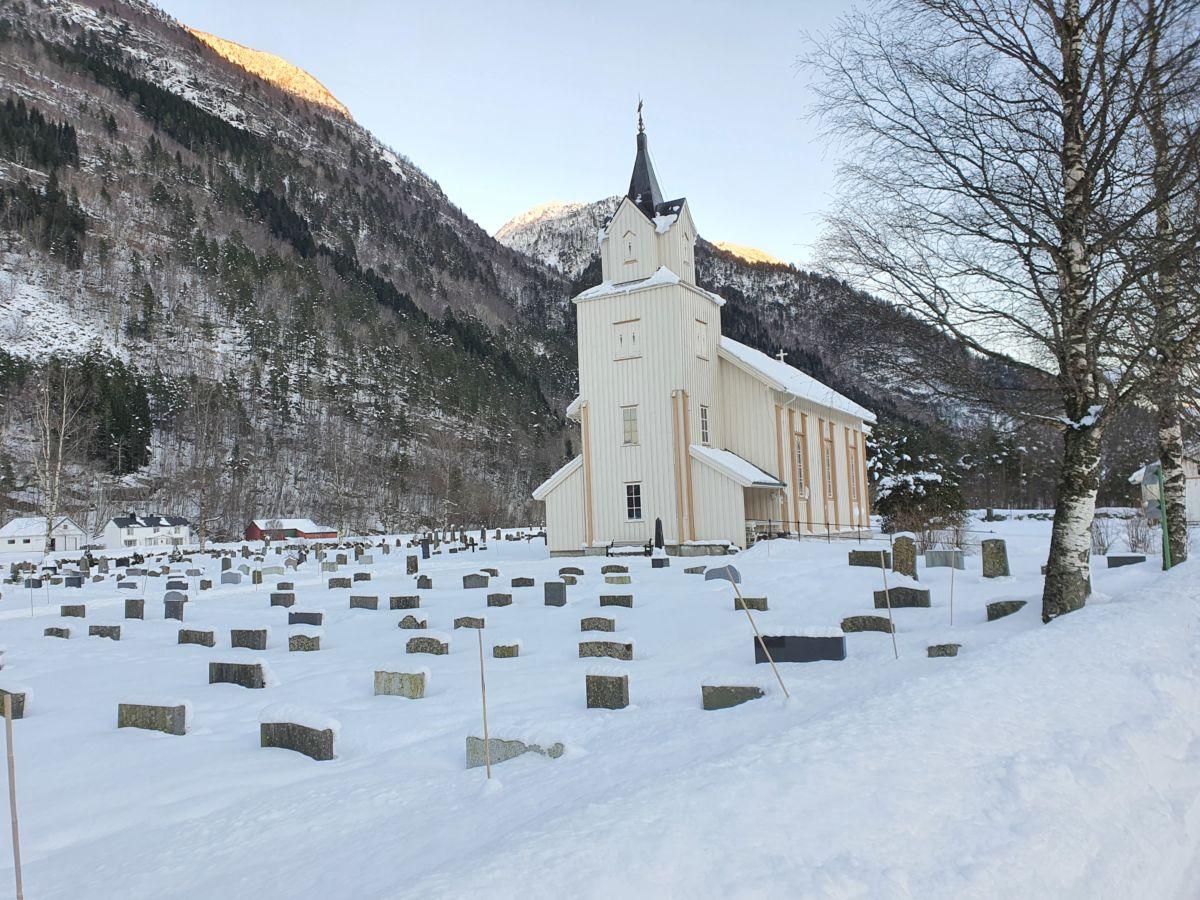 Todalen kyrkje i vinterdrakt. Foto: B G Ansnes