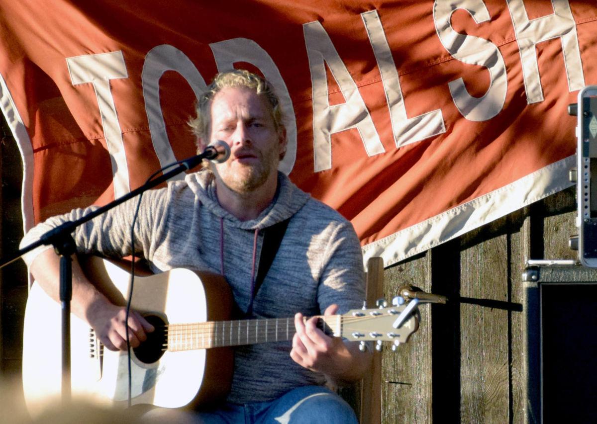 Asle Beck hadde konsert på Todalshytta i 2016 - 5. juni står han på scena på Todalshytta igjen!  Arkivfoto: Jon Olav Ørsal
