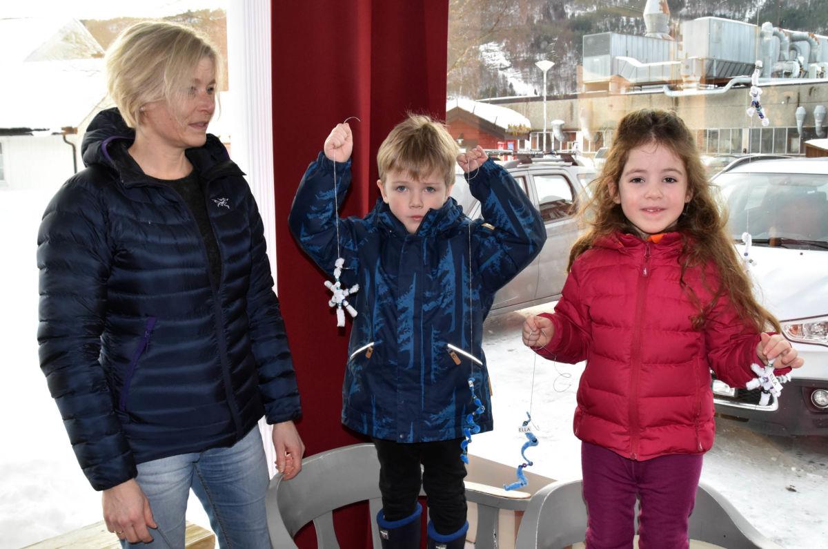 Jorunn og dei to eldste frå barnehagen sørga for å pynte med sjølvlaga iskrystallar i butikkvindaugo.  Foto: Jon Olav Ørsal