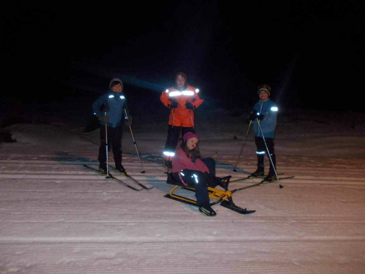 F.v. Jens Sancho, Trygve Aleksander og Jakob. Lisa sit på kjelken. Foto: V A Ansnes