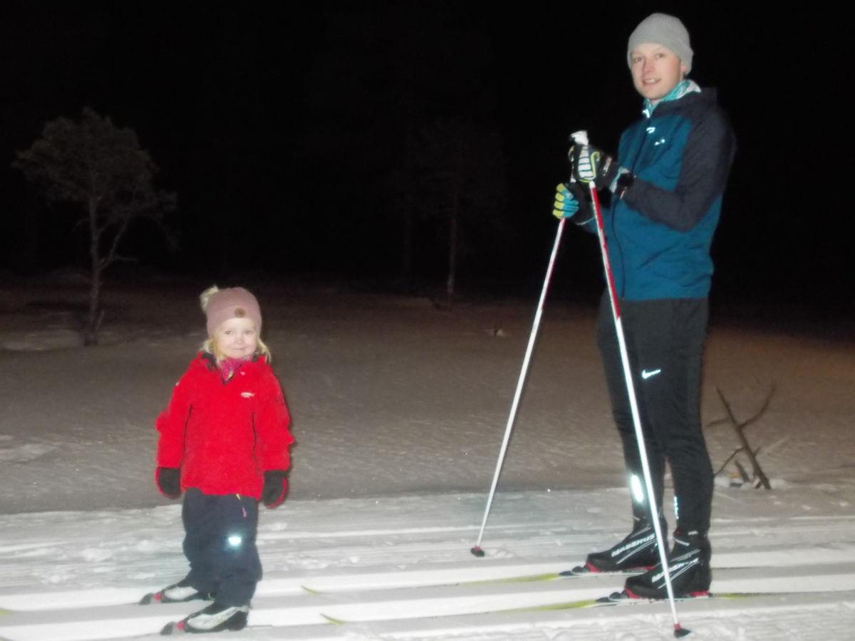 Elea på Barn i løypa for første gong. Her saman med pappa Emil. Foto: J S Ansnes
