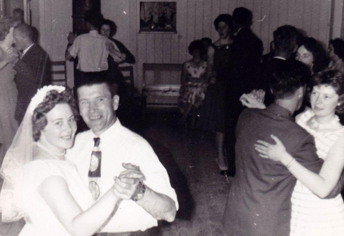 Bryllaupsfeiring i Ungdomshuset. Frå fotoarkivet til Todalen historielag.