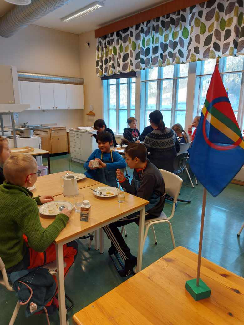 Klare for eit samisk måltid med Bidos og Gahkko. Foto: Britt Mossing