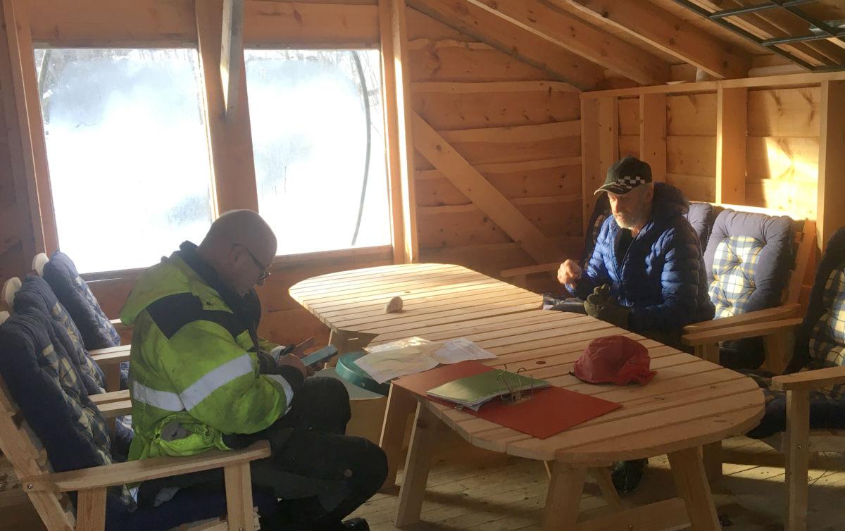 Terje Nordvik og Jan Ludvik Rendal i hovedkvarteret for Todalsøra Vassverk.  Foto TN