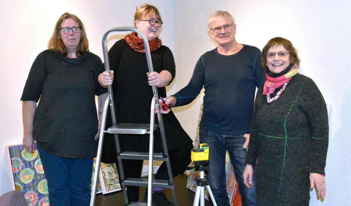 Velkomen til ei fargefest, seier frå venstre Gunnhild Anne Hyldbakk, Sissel Halset Storslett, Olav Karlstad og kunstnaren Coby Omvlee. foto: Jon Olav Ørsal