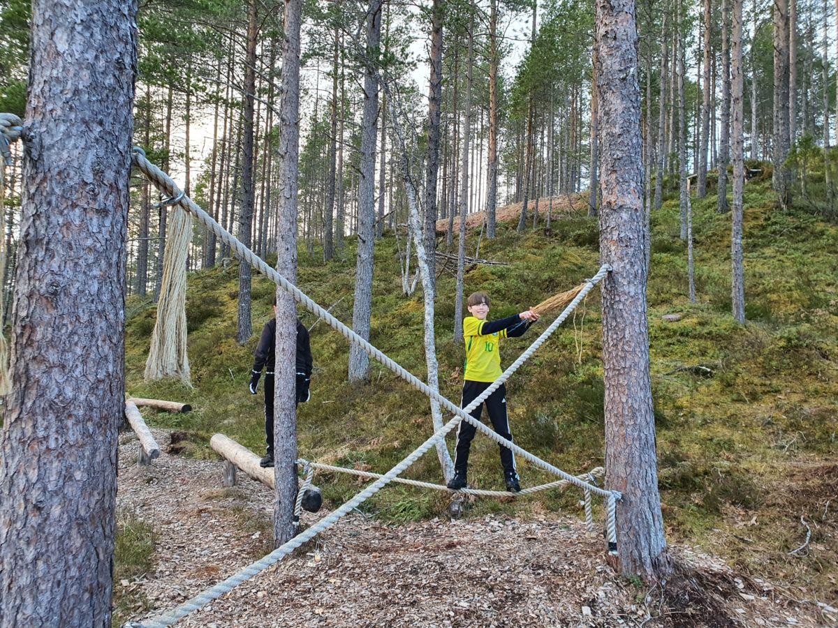 Hallvard balanserer i klatreparken. Foto: B G Ansnes
