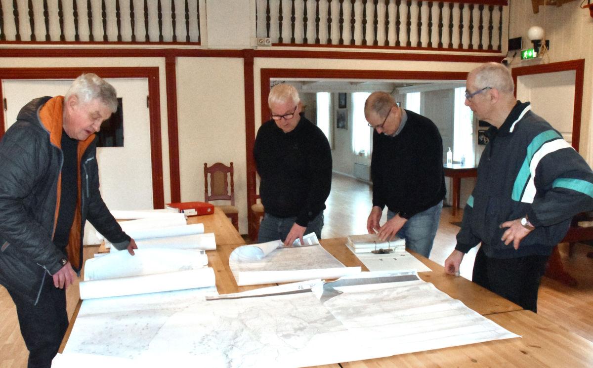 Studerer kartet - frå venstre ragnar Halle, John Moe, Sven Olav Svinvik og Gudmund K. Kvendset.  Foto: Jon Olav Ørsal