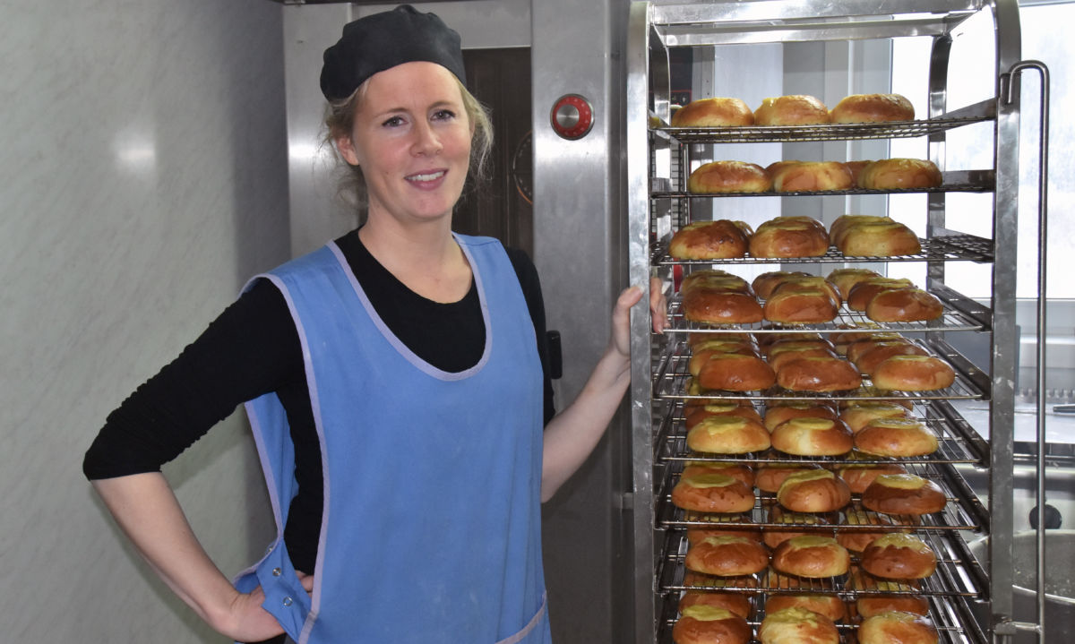 Monica Moen Kvendset trives med baking - her kjem nystekte skulebrød ut av omnen.  Foto: Jon Olav Ørsal
