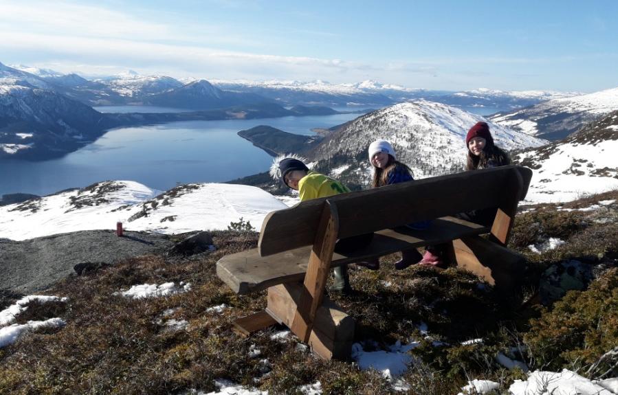 Benken på Skarvan er komen på plass - Hallvard, Nicole og Natascha kan endeleg prøvesitte på utsiktsplassen.  Foto Gunnar N.