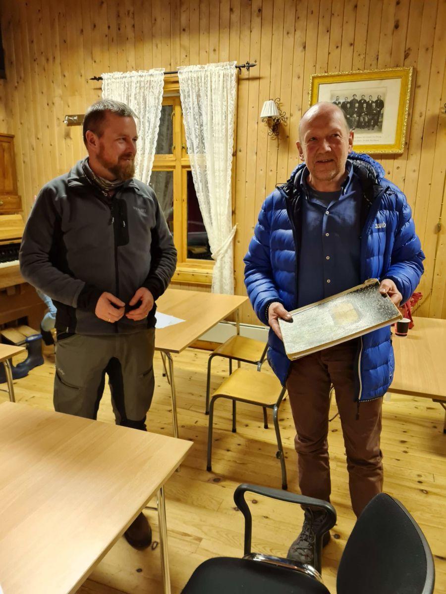 Avtroppande leiar Oddvar Mikkelsen (t.v.) overrekte protikollen til påtroppande leiar Odda Arild Sande. Foto: Tonje K. Vikan