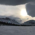 Vinterlys over kjente fjell