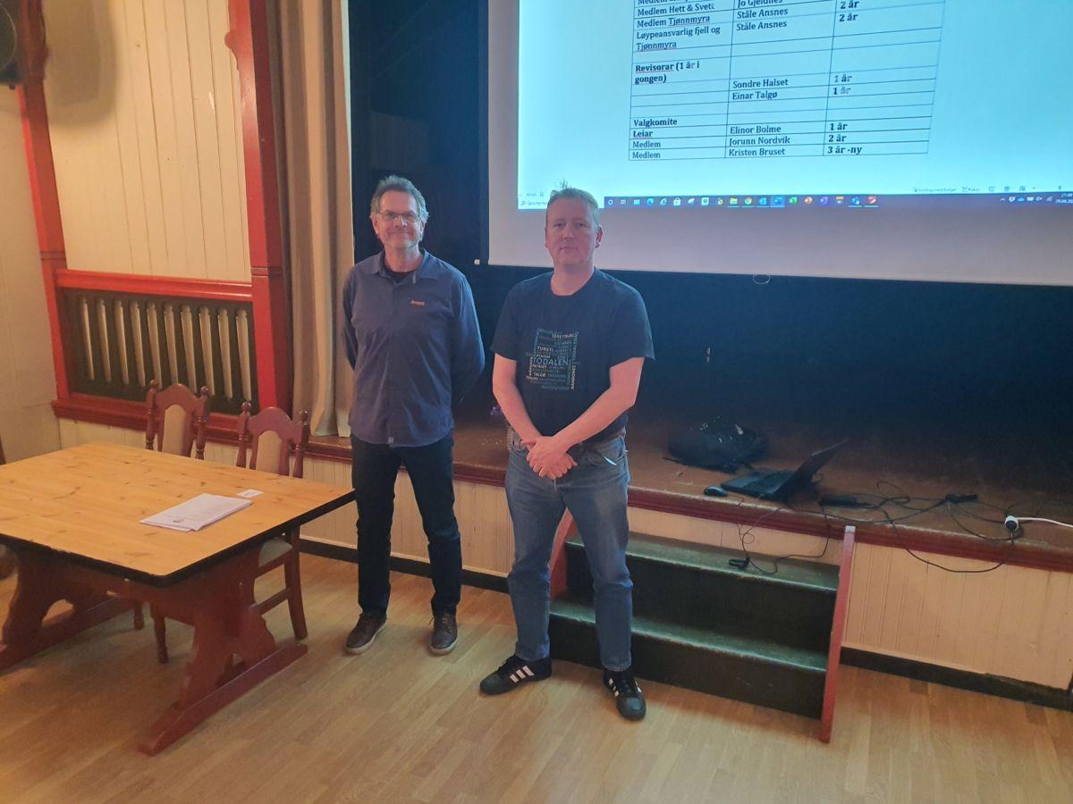 Michal K. Heimlund (t.v.) er nyvald leiar, medan Nils Ove Bruset takka for seg etter tre år. Foto: B G Ansnes