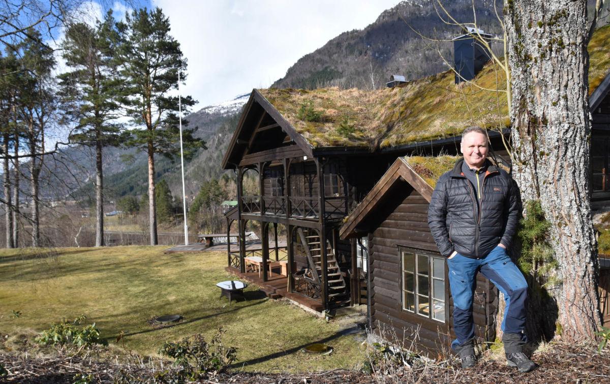 Det vårast rundt Todalshytta - snart er det ny sesong.  Her blir det hektisk innspurt, seier Arve Evensen som er vertskap.  Foto: Jon Olav Ørsal