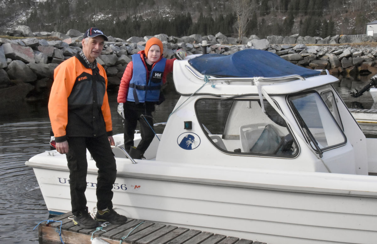 Klar for sjøtur - neste stopp er Rakaneseggen.  Frå venstre Gudmund Kvendset og Fredrik Sogge.  Foto: Jon Olav Ørsal