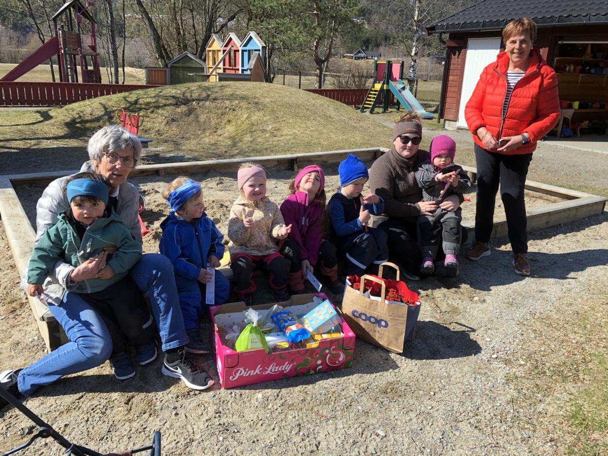 Sanitetskvinnene Jorunn og Kari på besøk i Todalen barnehage. Foto: Jorunn Nordvik.