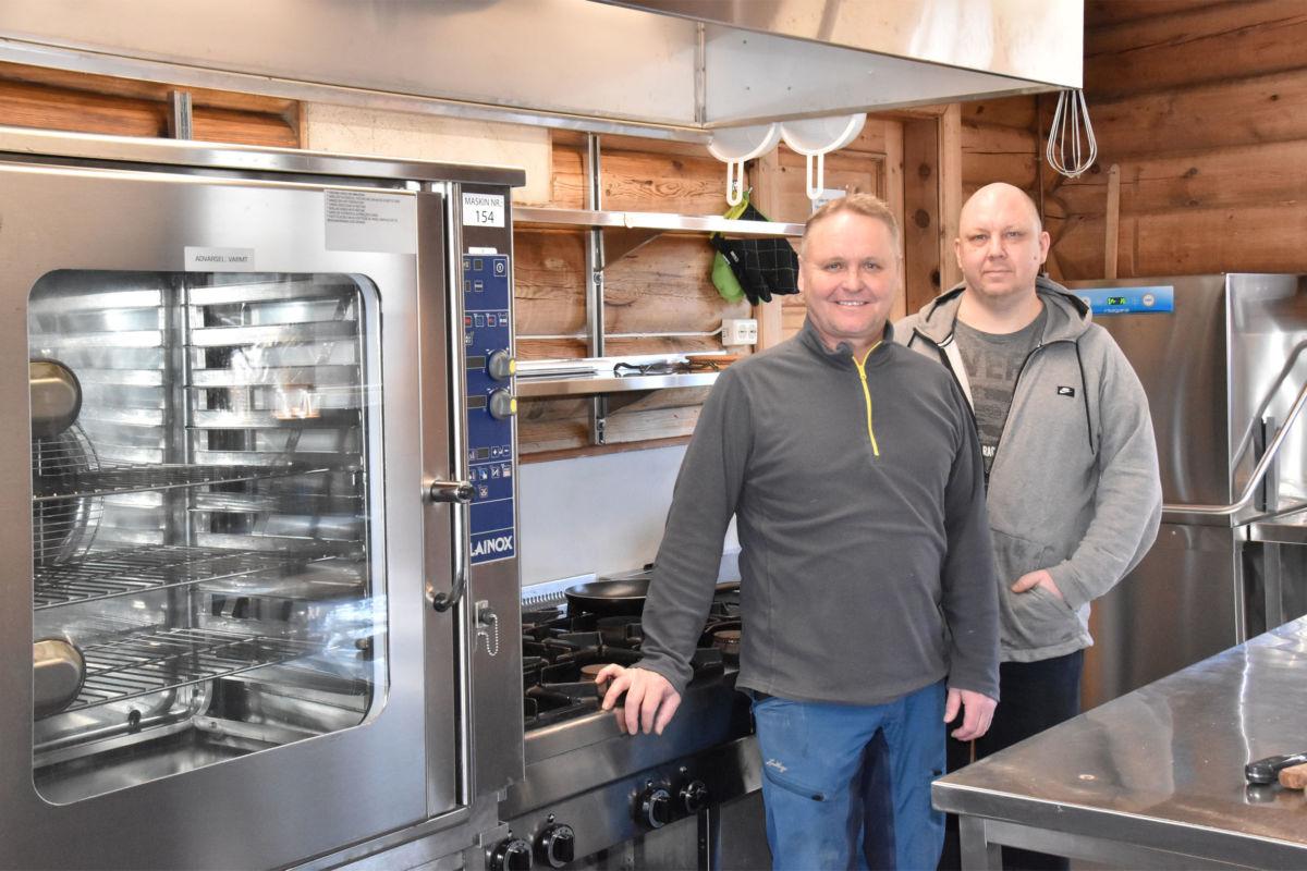 Arve Evensen og Kalle Koponen på kjøkenet på Todalshytta.  Foto: Jon Olav Ørsal