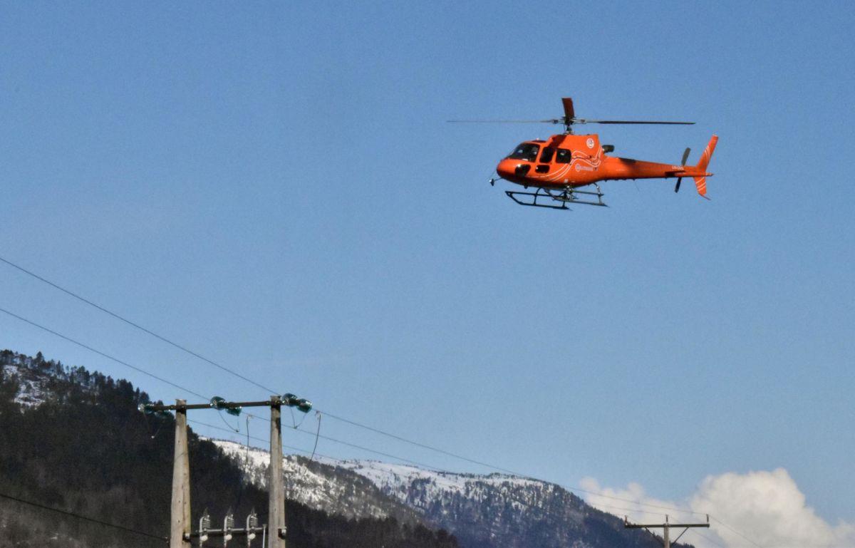 her blir både pålane, linja og isolatorane inspisert av helikopter med fotograf.  Foto: Jon Olav Ørsal