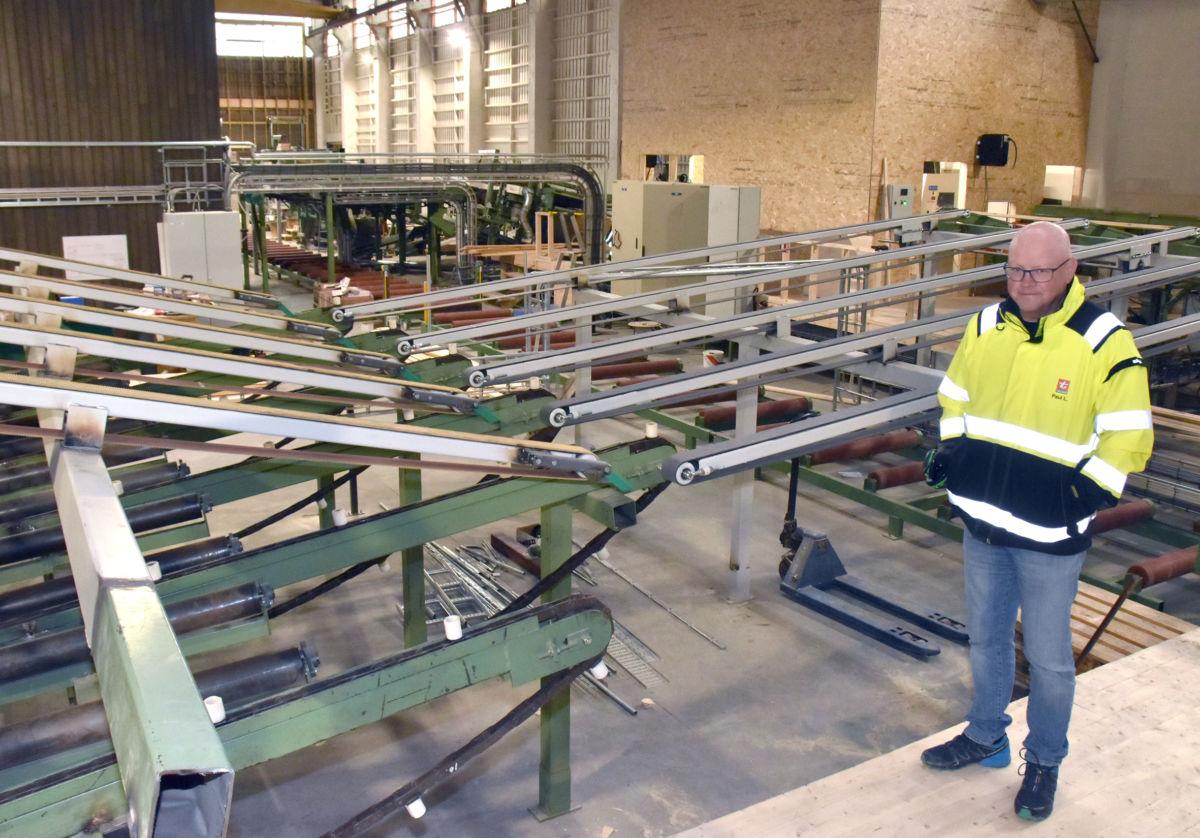 Paul Lilleløkken er produksjonssjef på høvleriet på Talgø MøreTre.  No gler han seg på å få i drift det nye høvleriet.  Foto: Jon Olav Ørsal