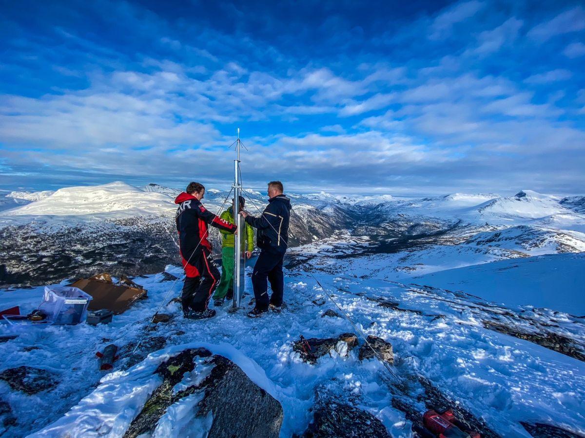 her er utstyret på plass på toppen av Rambjøra.  Frå venstre Sigbjørn Hausberg, Per Åke Jakobsson og Ståle Ansnes.  Foto: Anders A. Karlsen