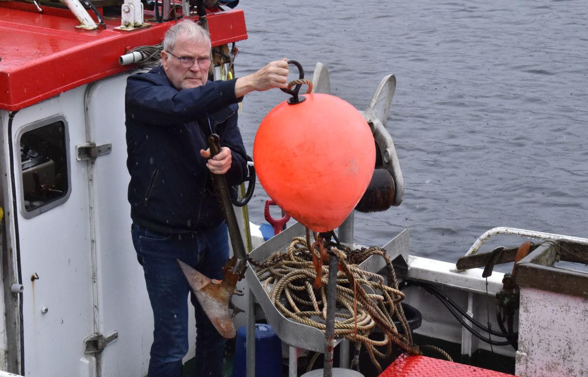 Kraftig båtutlegg på vidvanke i Todalsfjorden - er det ditt, lurer Karl Johan Husby på?  Foto: Jon Olav Ørsal
