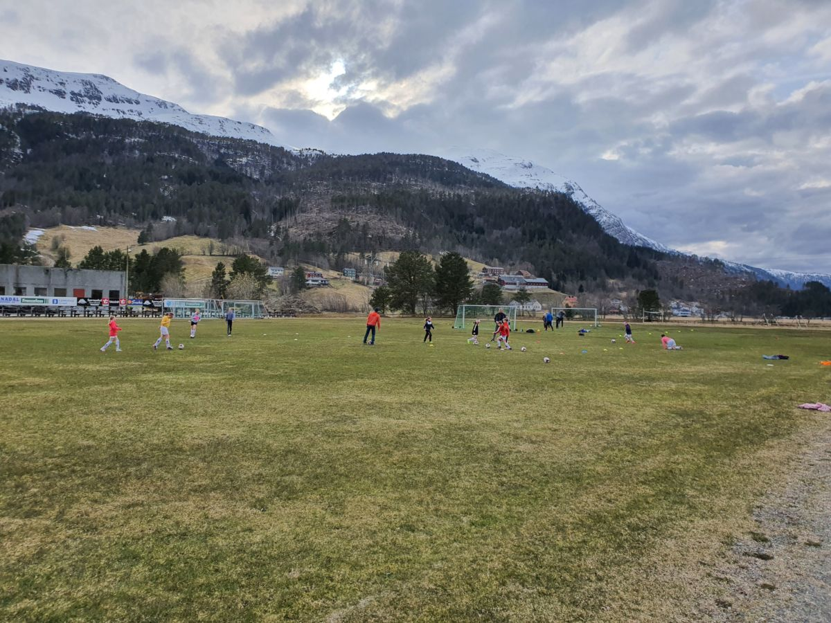 To Søya/Todalen lag med trening måndag kveld. Foto: B G Ansnes