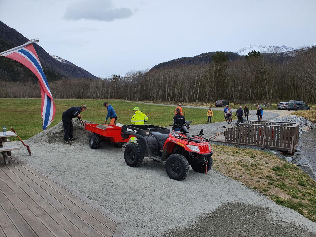 Mange hadde møtt fram for å vere med på dugnad i Toåa tursti. Foto: B G Ansnes