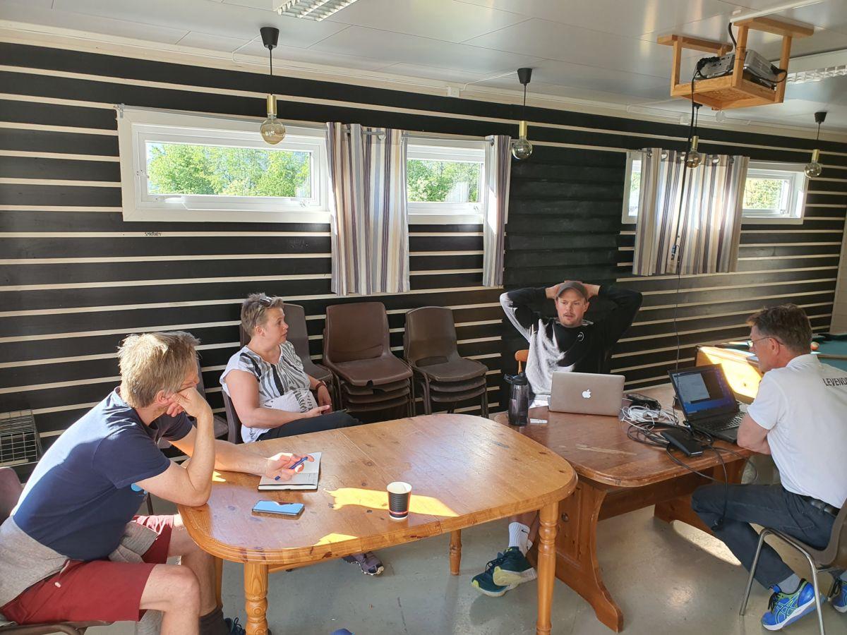 Hovudkomiteen for Todalsdagen med planleggingsmøte. I tillegg var to med digitalt på Teams. Foto: B G Ansnes