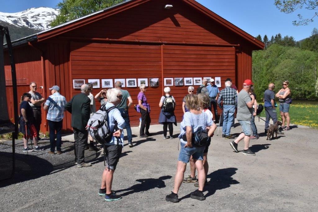 Todalen historielag samla rund 40 deltakarar til historisk vandring i Øvre Brusetgrenda.  Foto: Jon Olav Ørsal